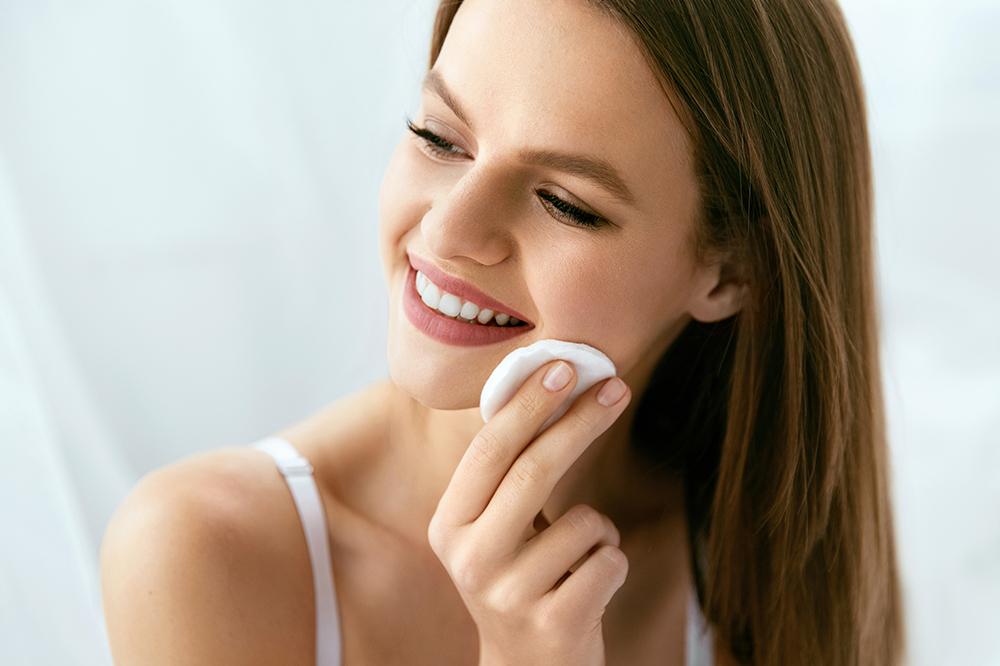 Gründliche, mehrstufige Gesichtsreinigung. Wie behandeln Sie Ihr Gesicht zu Hause?