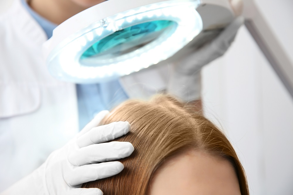 Trichologie – wozu dient die Wissenschaft? Wann sollten Sie einen Facharzt für Kopfhaut besuchen?