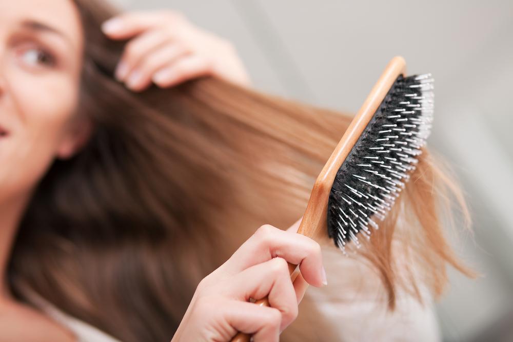 Ausbürsten der Haare ohne Geheimnisse. Wie passen Sie eine Bürste oder einen Kamm an Ihren Haartyp an?