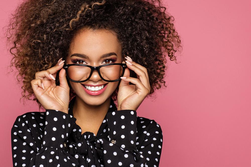 Frisuren für Brillenträger: Frisur an Form und Farbe der Brillenränder anpassen