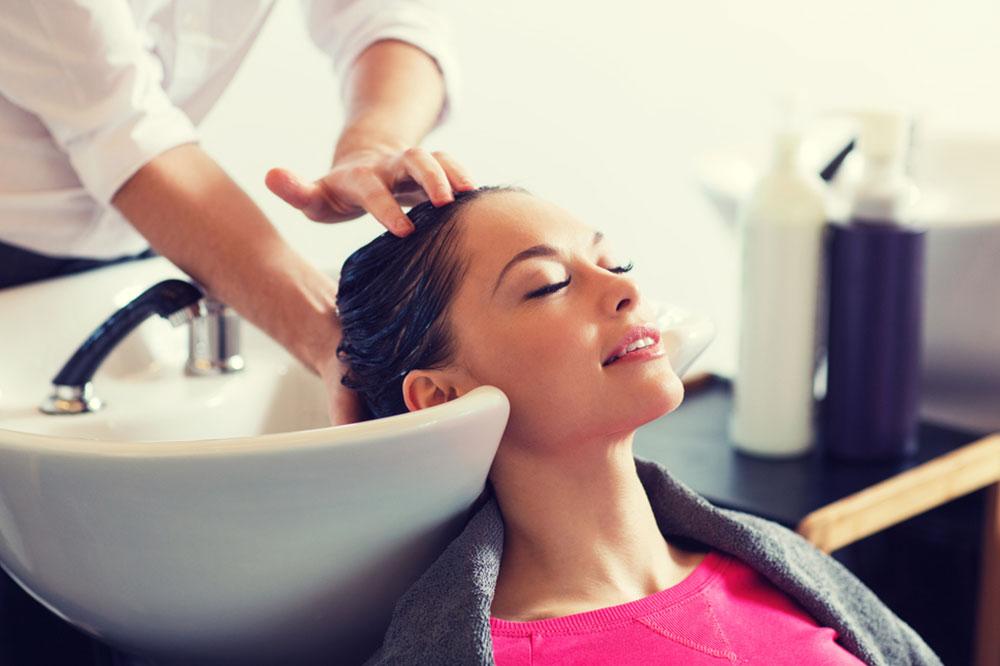 Professionelle Behandlungen im Friseursalon. Welche pflegenden Haarbehandlungen sind bemerkenswert?